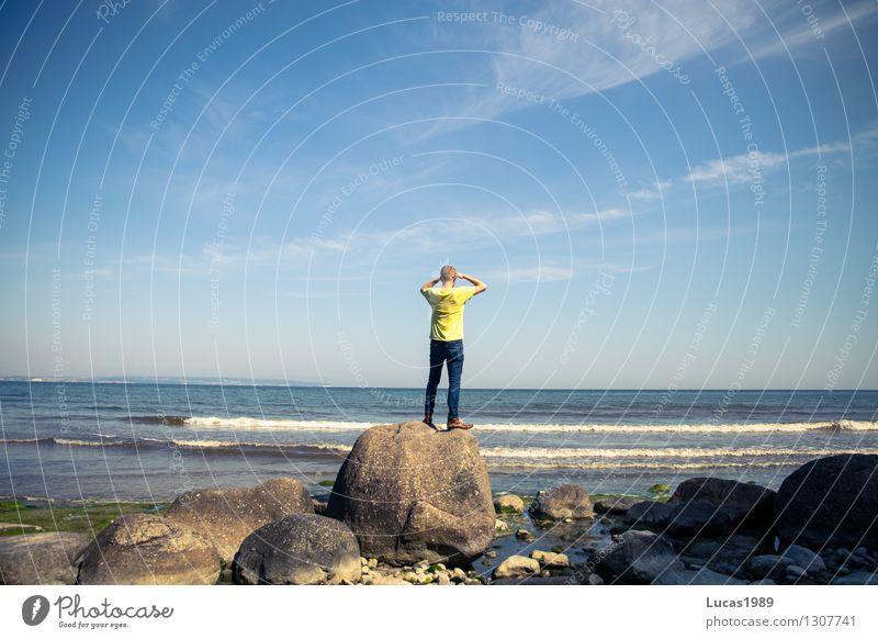 Gestrandet Mensch Ferien & Urlaub & Reisen Jugendliche Mann Sommer Meer Junger Mann Ferne Strand Erwachsene Küste Freiheit Felsen maskulin Tourismus Wellen
