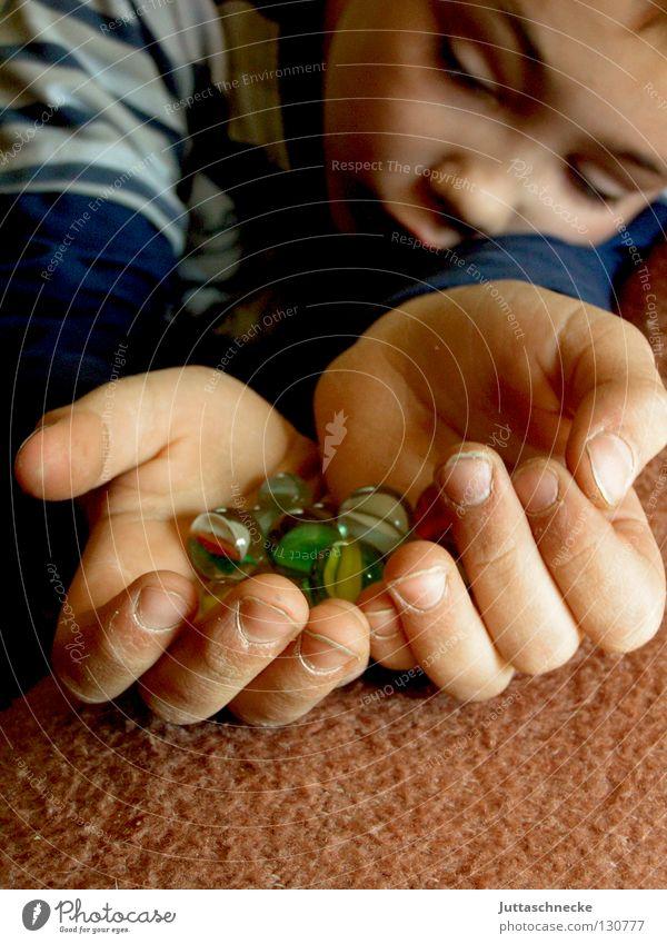 Alle mir! Kind Hand Junge Spielen Denken Glas Erfolg Spielzeug Kugel Konzentration untergehen rollen Murmel Glaskugel
