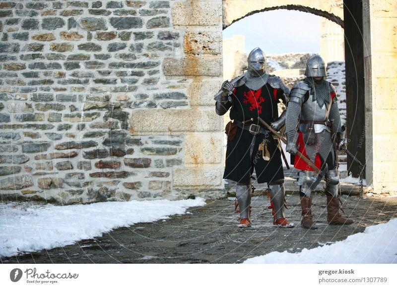 Zwei Ritter Winter Schnee Karneval Jahrmarkt Mensch Mann Erwachsene Paar 2 18-30 Jahre Jugendliche Krieger Eis Frost Altstadt Burg oder Schloss Ruine Mauer Wand