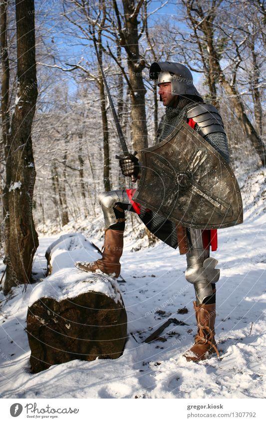 Warten auf den Kampf Mann Erwachsene 1 Mensch 18-30 Jahre Jugendliche Ritter Krieger Winter Eis Frost Schnee Baum Wald Hügel Berge u. Gebirge Schutzbekleidung