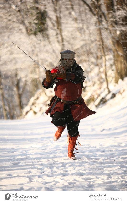 Laufender Ritter Feste & Feiern Karneval Jahrmarkt Mann Erwachsene 1 Mensch 30-45 Jahre Krieger Winter Eis Frost Schnee Baum Wald Berge u. Gebirge