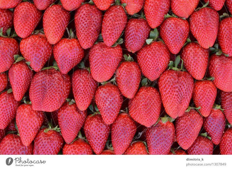 roter Hintergrund der frischen Früchte der Erdbeeren Frucht Ernährung Blatt Nutzpflanze lecker natürlich saftig grün Farbe Konsistenz Lebensmittel Anhäufung