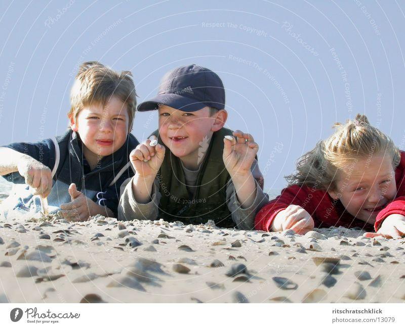 strandkids Kind Strand Muschel Mensch Himmel blau Sand