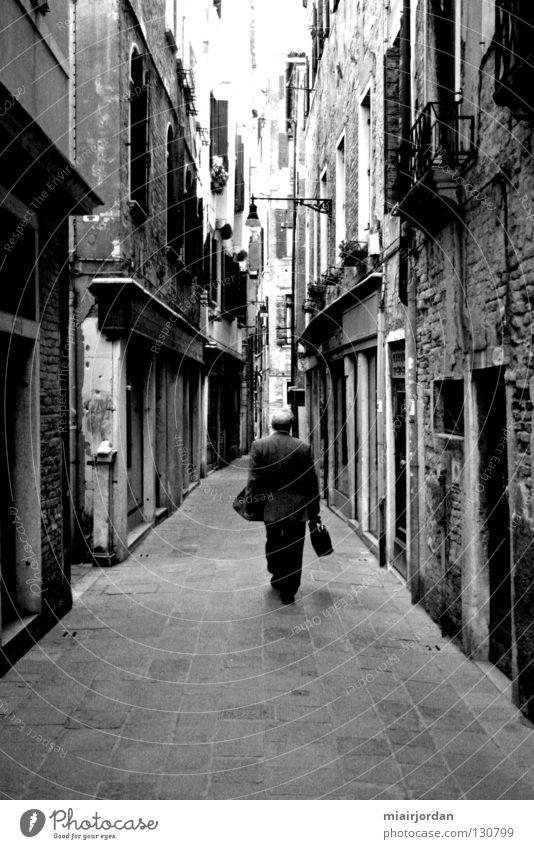 walking down the street Silhouette Venedig Stadt Mann Schwarzweißfoto Mensch Schatten Straße
