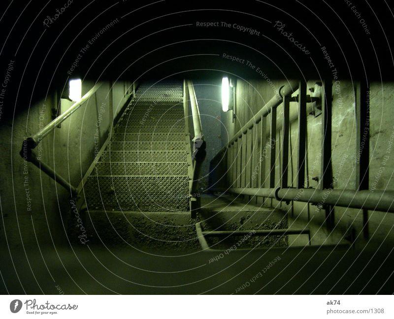 Schicht im Schacht Nacht dunkel Gitter Architektur Leiter Treppe