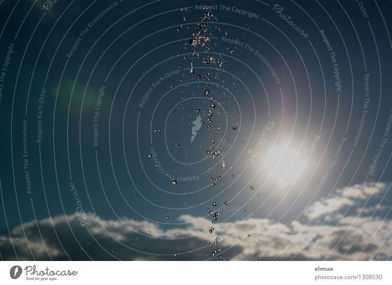 splish splash Urelemente Wassertropfen Himmel Wolken Sonne Springbrunnen Perlenkette Tanzen frisch glänzend kalt nass blau silber weiß Freude Fröhlichkeit