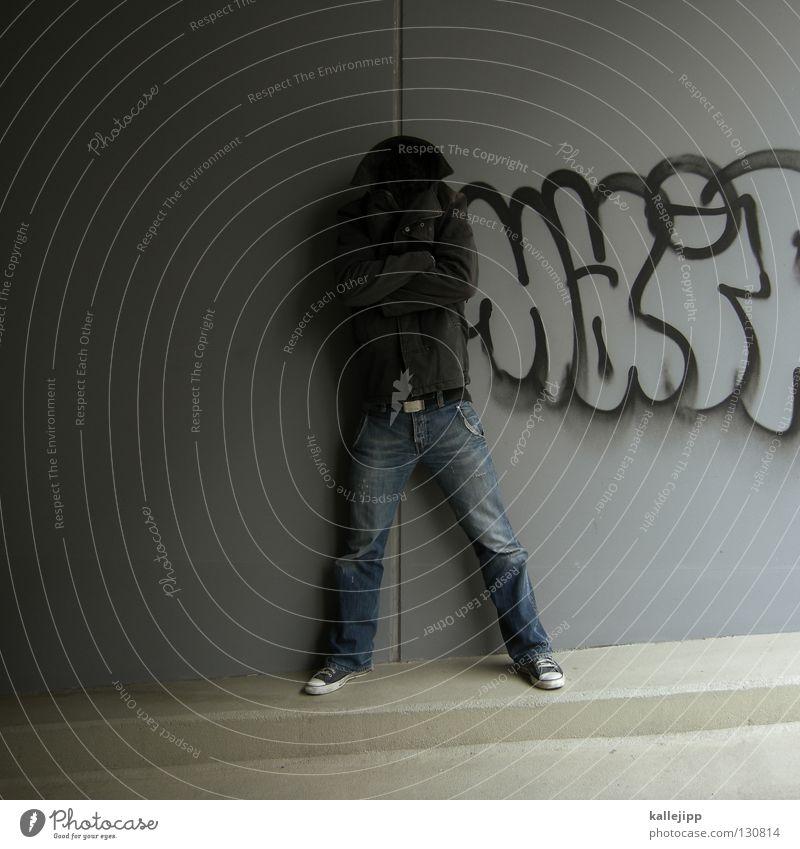 ohne hirn und verstand Mann unerkannt Mensch Lifestyle Stil Hose Jacke Turnschuh Wand Mauer Einfahrt Spray Tagger Mantel ungesetzlich Schnalle grau schwarz