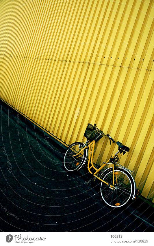 GELBSUCHT gelb stehen Wand Mauer Blech Wellblech Haus Stillleben Postbote Fahrrad Kurier Damenfahrrad Güterverkehr & Logistik Einsamkeit schließen Sicherheit