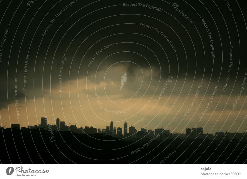 gewitterstimmung Himmel Stadt Wolken dunkel grau Regen Stimmung nass Hochhaus Horizont Aussicht bedrohlich Asien Skyline Hauptstadt Singapore