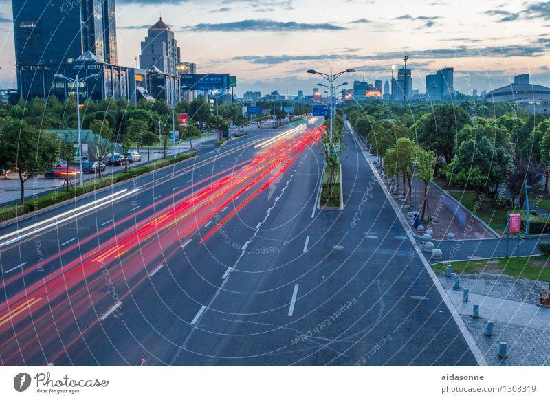 Strasse am Abend Jiangsu Stadt Stadtzentrum Menschenleer Gebäude Architektur Verkehr Straßenverkehr Autofahren PKW Bewegung Ferien & Urlaub & Reisen