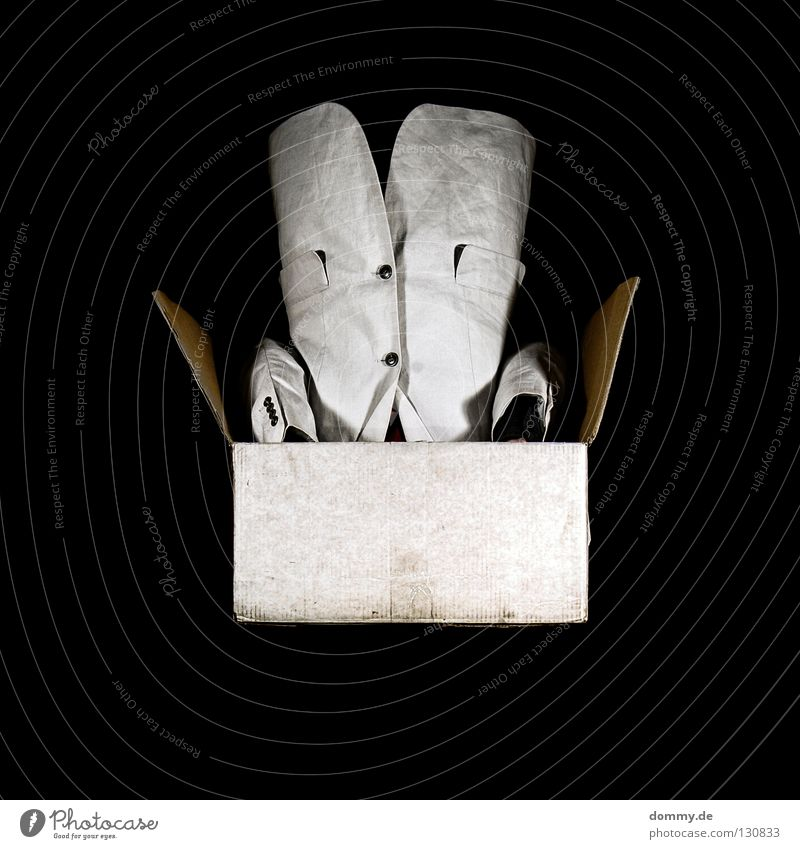 backspin Mann weiß schwarz dunkel Arme Seil Papier Quadrat Anzug Lautsprecher Tasche Karton Knöpfe beige Kerl Torso