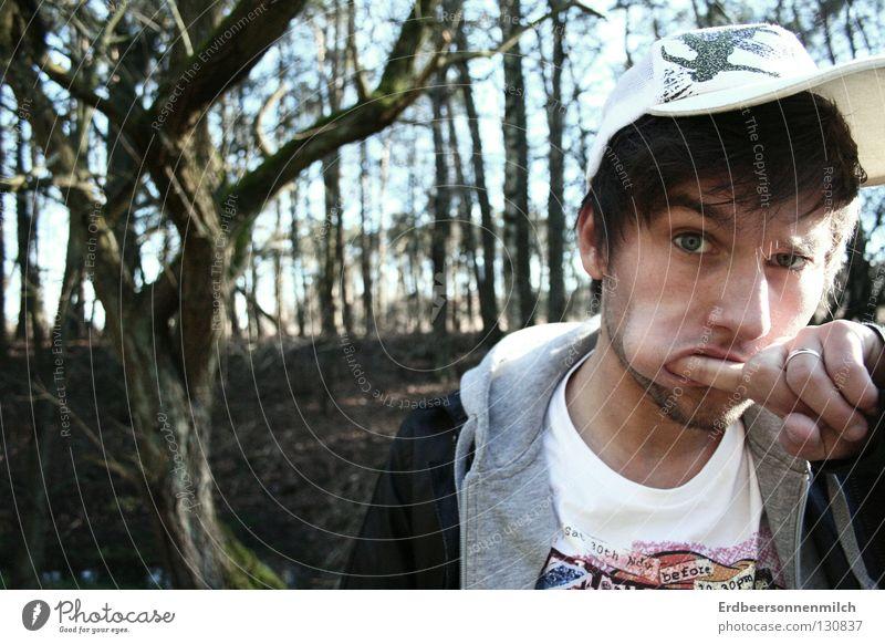 Langeweile? Mann Wald Mütze gestikulieren Kapuzenpullover Lederjacke Baum schön fantastisch Freude Typ bunte T-Shirt Finger in den Mund Haare & Frisuren Prima