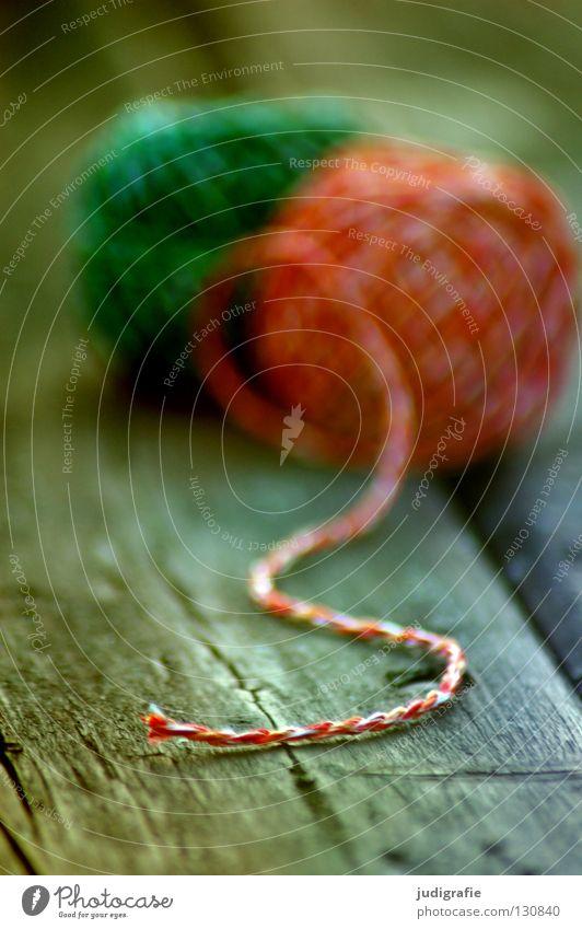 Grün | Rot grün rot Schnur Wolle Knäuel Leitfaden Tisch Holz Holzbrett Handwerk Material Textilien Unschärfe Haushalt Farbe liegen Strukturen & Formen