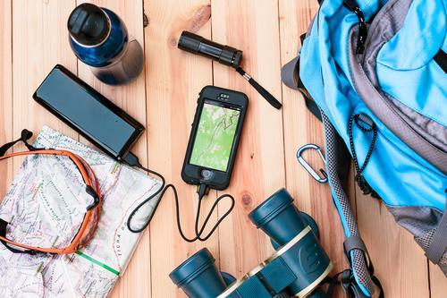 Aufladen unterwegs Flasche Ferien & Urlaub & Reisen Ausflug Abenteuer Sommerurlaub Berge u. Gebirge wandern Tisch Geldinstitut Telefon Handy Sonnenbrille