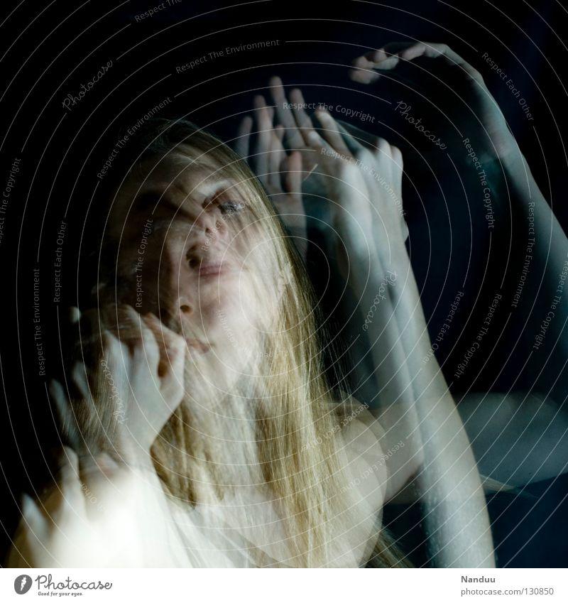 Berührung Frau ruhig dunkel Gefühle Bewegung träumen Tanzen blond nah Vertrauen berühren fangen gefroren Geister u. Gespenster Surrealismus bleich