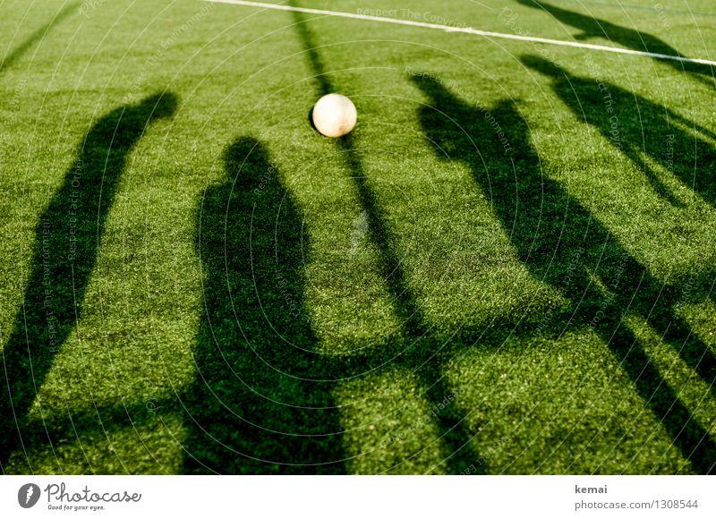 Stein des Anstoßes Mensch grün Sommer Sport Linie Freizeit & Hobby stehen Fitness Schönes Wetter Fußball sportlich Sport-Training Fußballplatz Ballsport