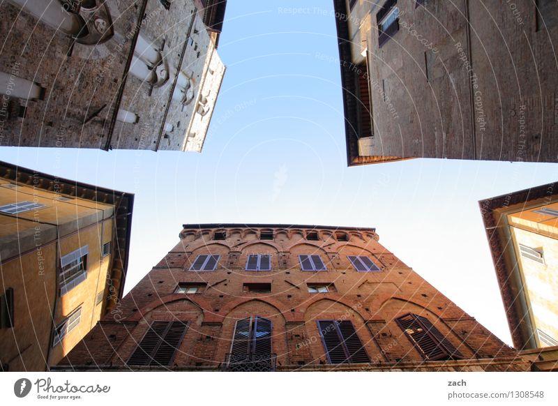 Stern des Südens Himmel Stadt blau Sommer Haus Fenster Wand Architektur Gebäude Mauer Linie Fassade Häusliches Leben Platz Italien Schönes Wetter