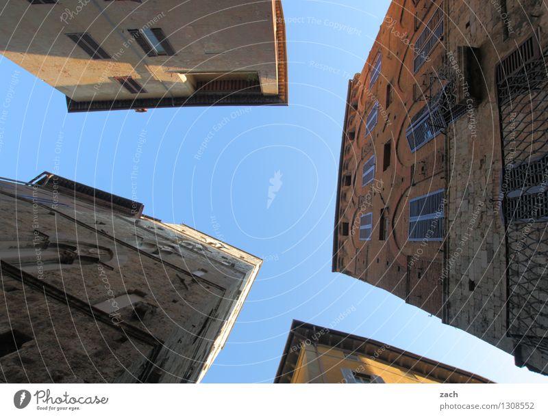 Hausparty Himmel Stadt blau Sommer Fenster Wand Architektur Gebäude Mauer Linie Fassade Häusliches Leben Platz Italien Schönes Wetter