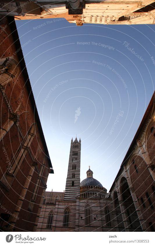 Zwischenbebauung Stadt blau Haus Architektur Mauer Religion & Glaube Fassade Platz Kirche Italien Schönes Wetter Turm Wolkenloser Himmel Wahrzeichen