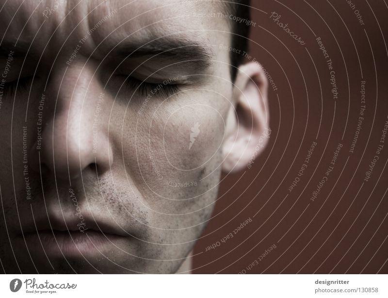 Was hat sie gesagt? Mann Trauer beleidigt Beleidigung Missverständnis Rückzug zurück schließen Defensive Mauer Verzweiflung Gesicht Auge Nase Mund Schmerz