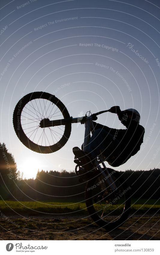 wheely Fahrrad Mountainbike fahren Gleichgewicht Motorradfahrer Gabel Helm gefährlich Mann Rad Aluminium Fußweg Wiese Feld Sport Spielen Extremsport Funsport