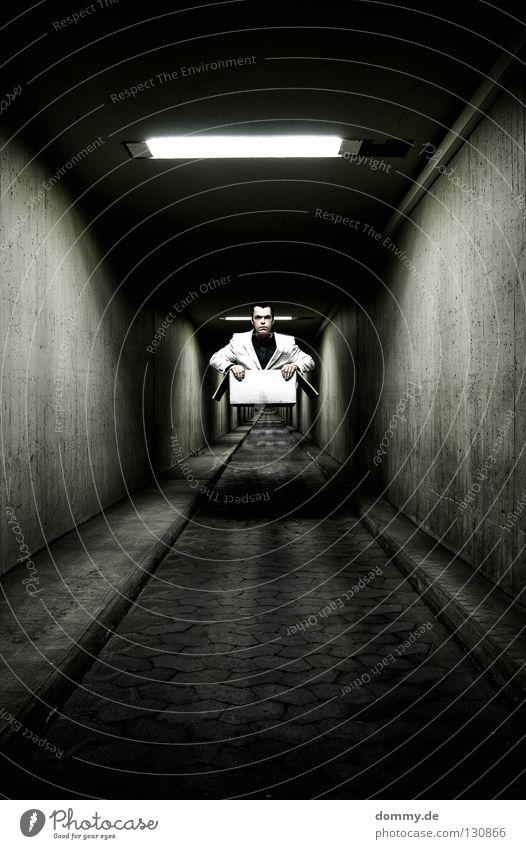 ghostrider Mann Kerl Karton Papier Flur tief Ferne dreckig Licht Leuchtstoffröhre Wand Schweben Zauberei u. Magie Zauberer Trick Anzug Krawatte Hemd Hand