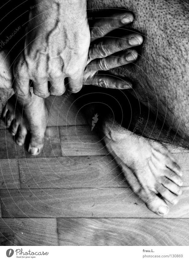 Parkett Knie Mann Hand Gefäße Pore Finger Zehen gekreuzt ruhig Marathon alt 50 plus nackt Bodenbelag Mensch Beine Haare & Frisuren Fuß Haut Hautporen Einsamkeit