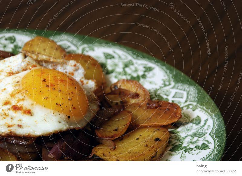 Gutschein für einmal Spiegelei mit Bratkartoffeln Ernährung Küche Gastronomie Appetit & Hunger Teller Abendessen Besteck Fastfood Salz Zwiebel Pfeffer Kartoffeln Eigelb Butter Spiegelei Rosmarin