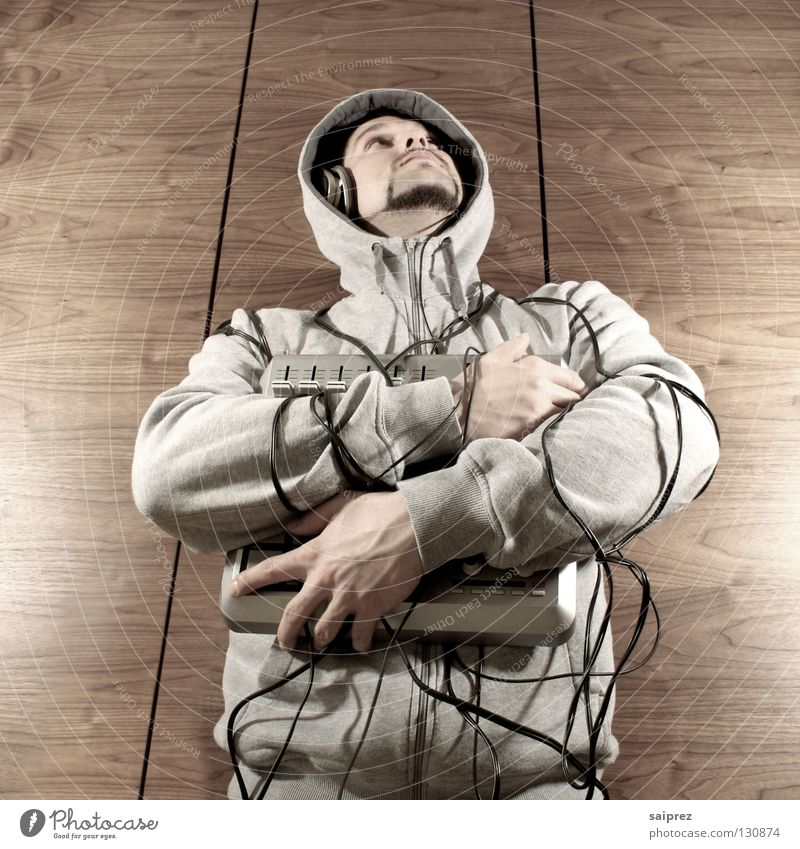 wire up (3) Mann Musik Holz Jeanshose Technik & Technologie Kabel berühren festhalten Diskjockey Kapuze Schrank Maserung Regler Kabelsalat