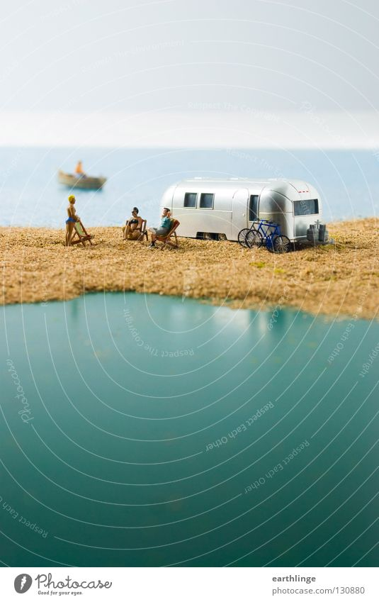 Kleines Camperparadies Mensch blau Wasser grün Meer Sommer Ferne Sand klein Horizont Wasserfahrzeug Menschengruppe silber Unschärfe Liegestuhl Digitalfotografie