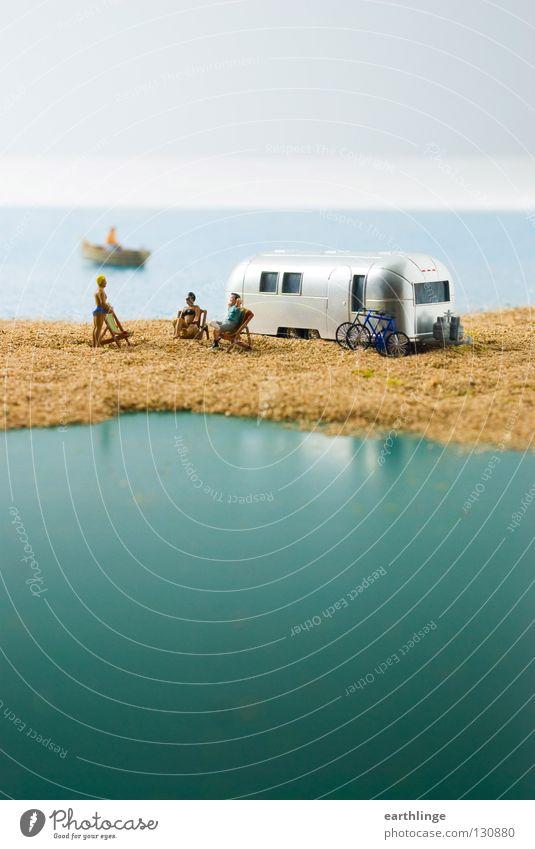 Kleines Camperparadies Wohnmobil Wohnwagen Miniatur grün Liegestuhl Ruderboot Reflexion & Spiegelung Nahaufnahme Ferne Hochformat Digitalfotografie Horizont