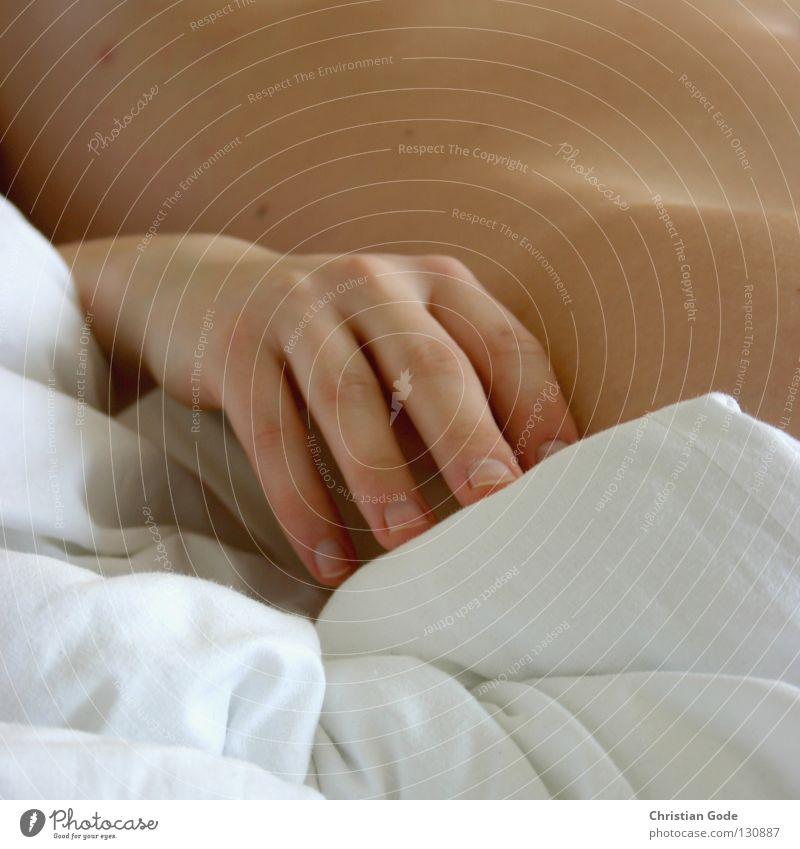 Schlafehändchen Hand Gefühle Finger lang Hüfte Oberschenkel nackt Bett schlafen Erholung Bettdecke weich weiß Falte Nagel kurz geschnitten Fingernagel