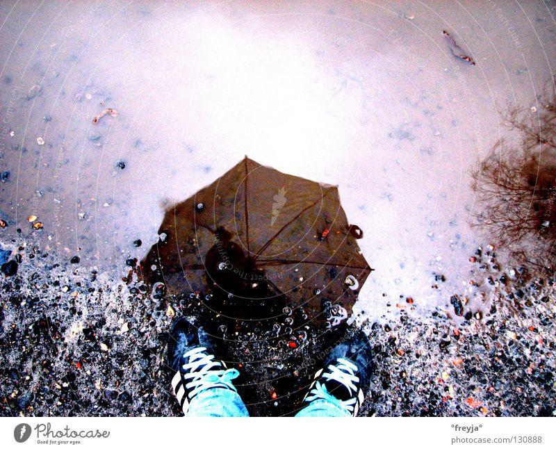 lass mich nicht im regen stehen Regenschirm Schuhe Pfütze nass Reflexion & Spiegelung Ente schrim Sportbekleidung Turnschuh