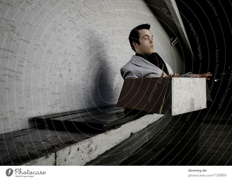 auf messers schneide Mann Kerl Holz Anzug Krawatte Hemd Lippen Wand Mauer Beton Karton Papier Ecke Konzentration Rutsche abwärts runterrutschen fliegen