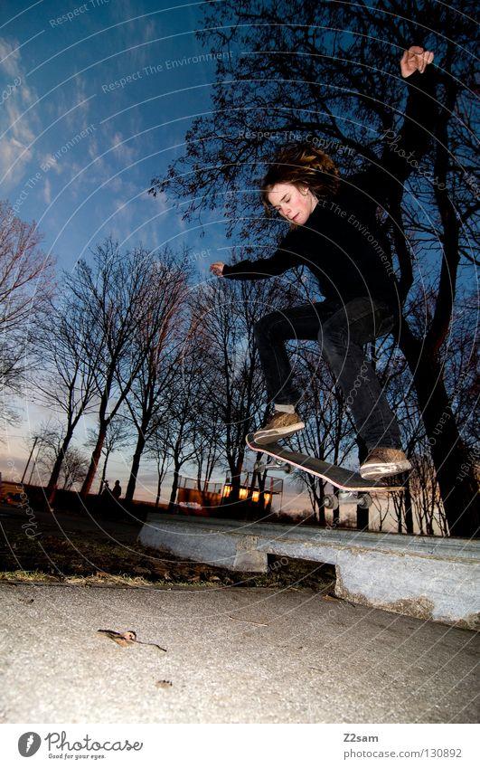 aufsetzer Aktion Skateboarding Zufriedenheit Kickflip Salto springen schwarz Teer Beton Licht Baum Weitwinkel Jugendliche Sport Geschwindigkeit Drehung Park 50