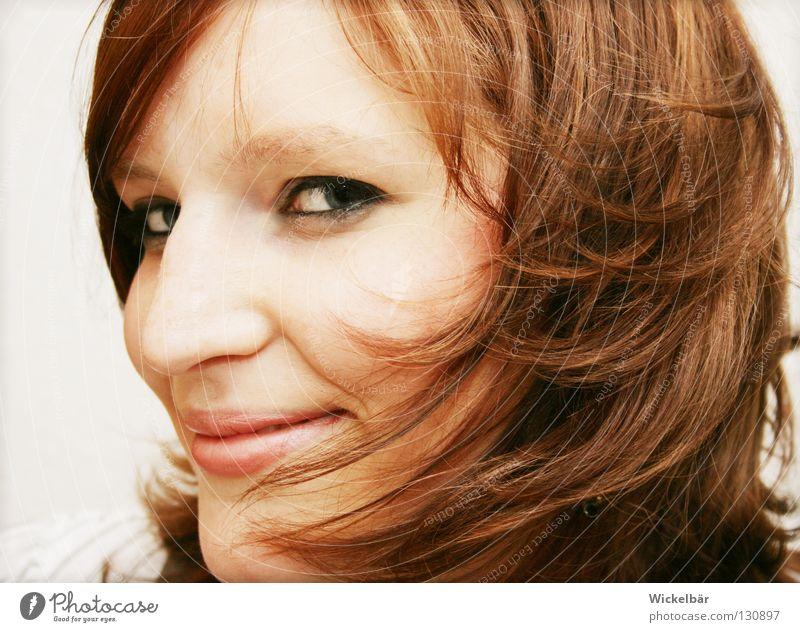 soll ich ...? Frau Jugendliche schön Freude Gesicht Auge Spielen lachen Glück Haare & Frisuren Kopf braun Wind Geschwindigkeit Elektrizität Idee