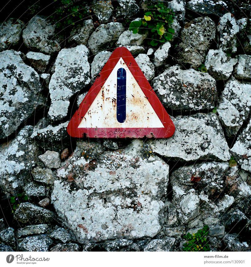 da wär ich aber vorsichtig! alt rot Stein Mauer Schilder & Markierungen Verkehr Felsen Vorsicht Straßennamenschild Steinschlag