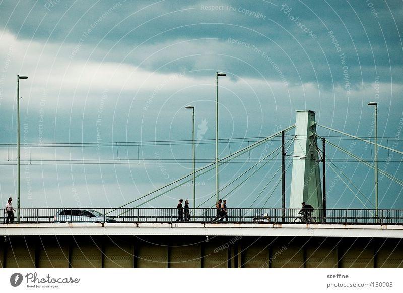 Flussüberquerung Fußgänger Arbeit & Erwerbstätigkeit Köln Laterne Wolken streben Hängebrücke Brücke Mensch PKW Rhein Gewitter Flucht