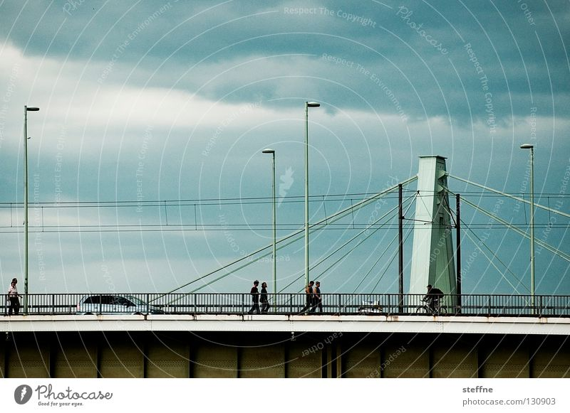 Flussüberquerung Mensch Wolken PKW Arbeit & Erwerbstätigkeit Brücke Laterne Köln Gewitter Flucht Fußgänger Rhein streben Hängebrücke