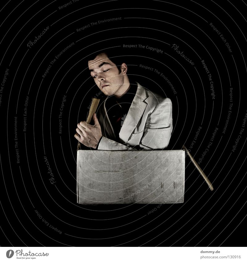 rechts Mann Hand schwarz dunkel Kopf Haare & Frisuren lustig Mund Nase Finger Geschenk Lippen Hemd Anzug Lautsprecher Karton