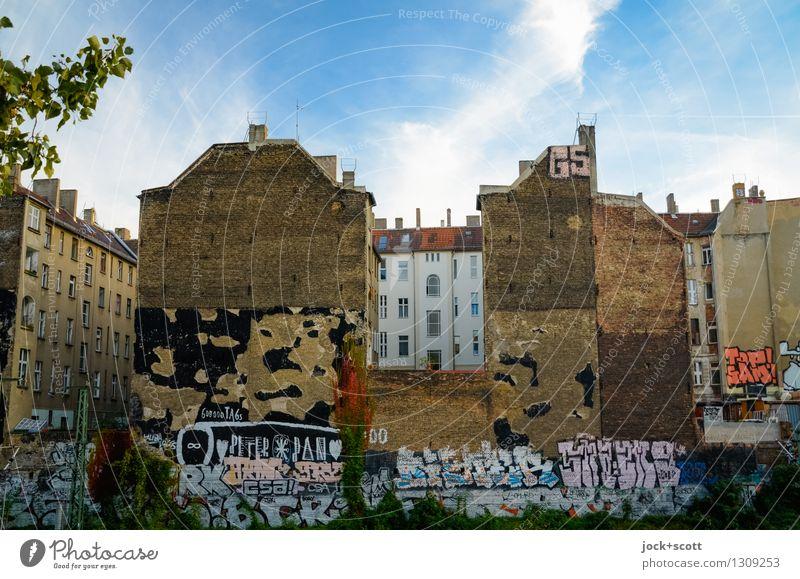 Mauertag Stadt Sommer Wolken Haus Wand Architektur Graffiti außergewöhnlich Fassade authentisch Klima Vergänglichkeit Schönes Wetter Wandel & Veränderung Schutz