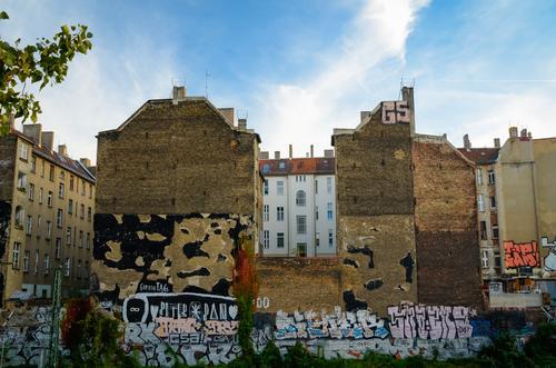 Tag der Mauer Stadt Sommer Wolken Haus Wand Architektur Graffiti außergewöhnlich Fassade authentisch Klima Vergänglichkeit Schönes Wetter Wandel & Veränderung