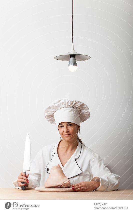 Haxe Mensch Frau weiß Erwachsene feminin außergewöhnlich Lampe Lebensmittel sitzen warten Tisch Lächeln Hut Fleisch Messer Glühbirne