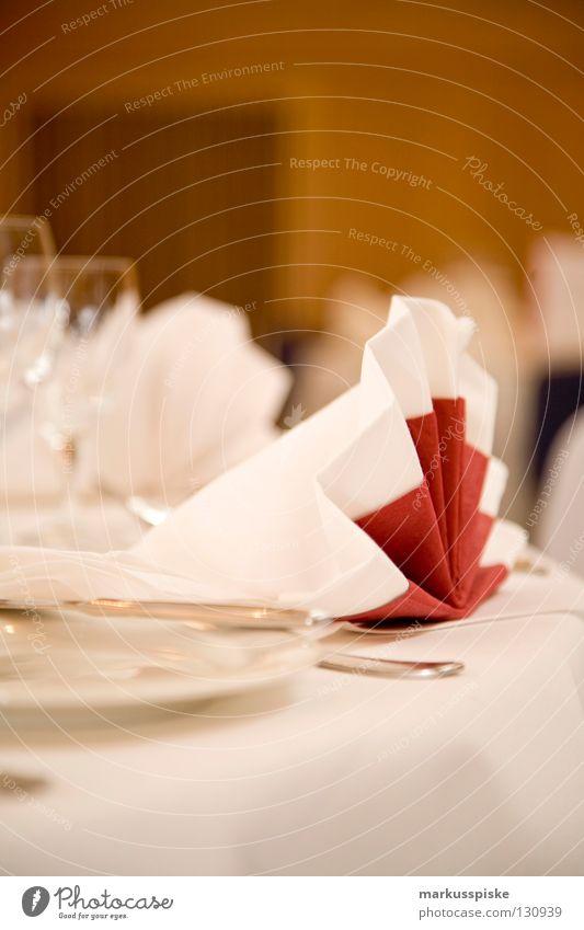 festlich Tisch Gedeck reserviert Jubiläum Teller Gabel Löffel Büffet Serviette weiß rot Stil Seite Ernährung Mahlzeit Restaurant Saal Dekoration & Verzierung