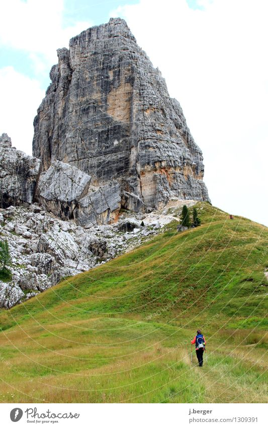 on track Mensch Frau Natur Ferien & Urlaub & Reisen Pflanze grün Sommer weiß Landschaft Wolken Ferne Erwachsene Berge u. Gebirge grau Freiheit Felsen