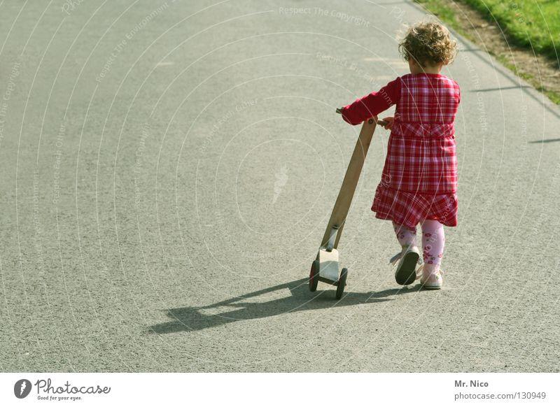 little runaway Kind Mädchen Sommer Ferien & Urlaub & Reisen Einsamkeit Gefühle Gras Bewegung Wege & Pfade rosa gehen Straßenverkehr laufen Verkehr gefährlich
