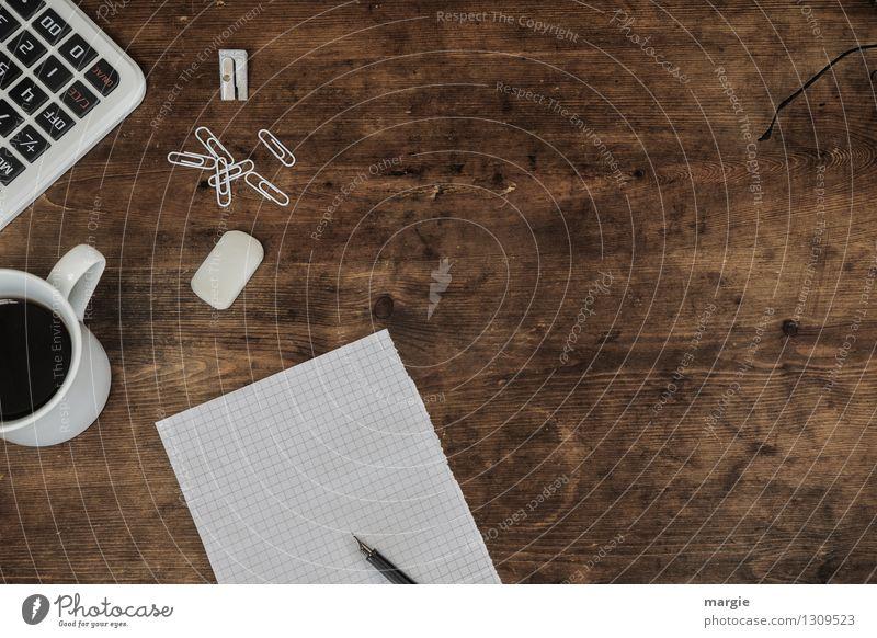 Weißer Zettel, Stift, Büroklammern, Radiergummi, Rechner und eine Tasse Kaffee auf einem alten Holz- Schreibtisch Getränk Arbeit & Erwerbstätigkeit Beruf