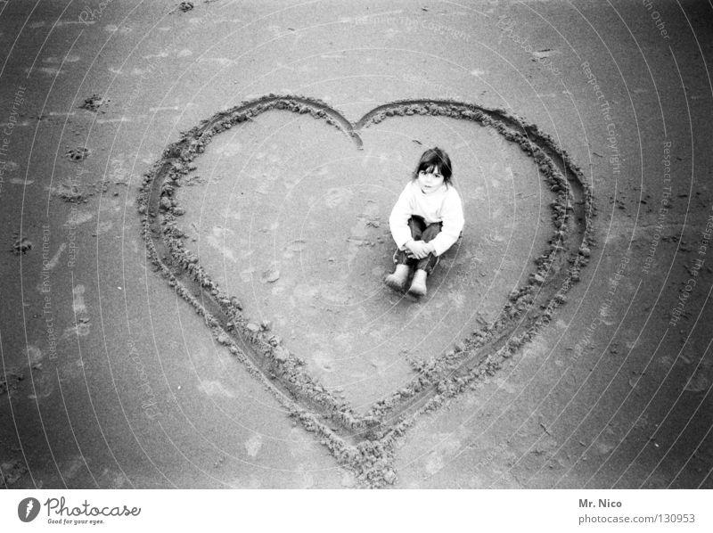Platz für 2 Mädchen herzlich Blick Gesichtsausdruck Gummistiefel Kind Sandstrand gemalt Grauwert Liebe Symbole & Metaphern Einsamkeit verloren vergessen Spielen
