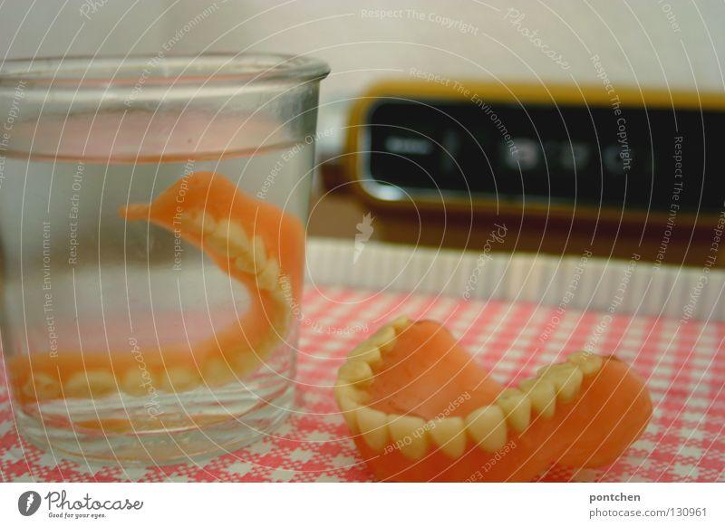 When I`m 64 II. alt Wasser Tod Holz Gesundheit Glas Glas rosa Trinkwasser Uhr verrückt Bett retro Zähne Kunststoff Verfall