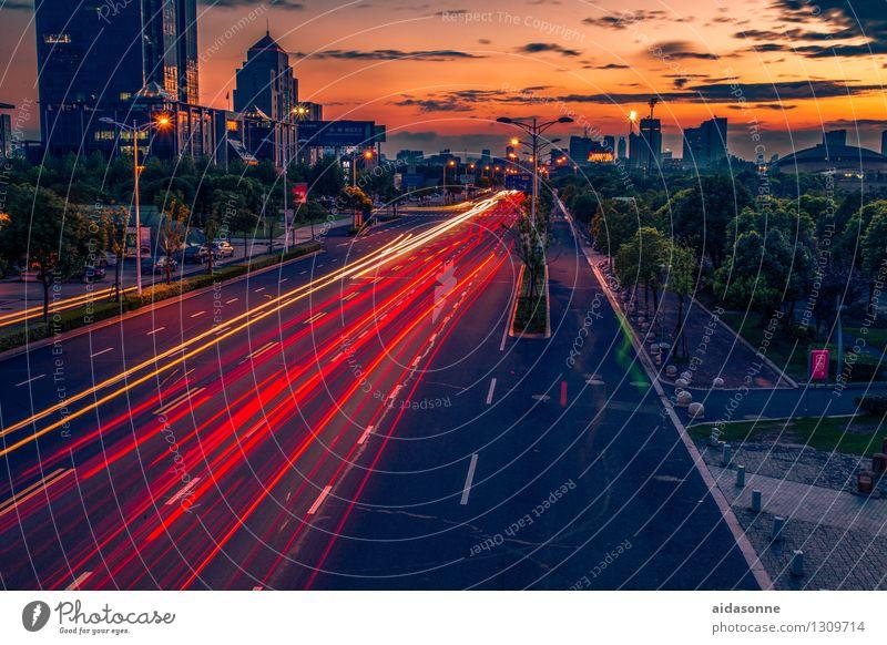 Sonnenuntergang in Jiangyin Jiangsu China Asien Stadt Stadtzentrum Menschenleer Haus Hochhaus Architektur Verkehrswege Straßenverkehr fahren
